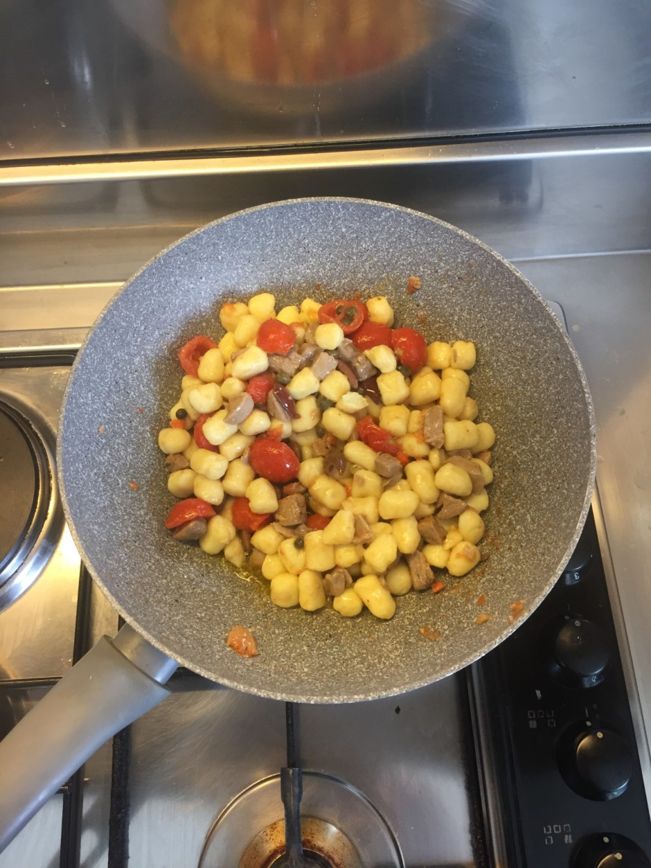 drain the gnocchi from water and place them in the sauce
