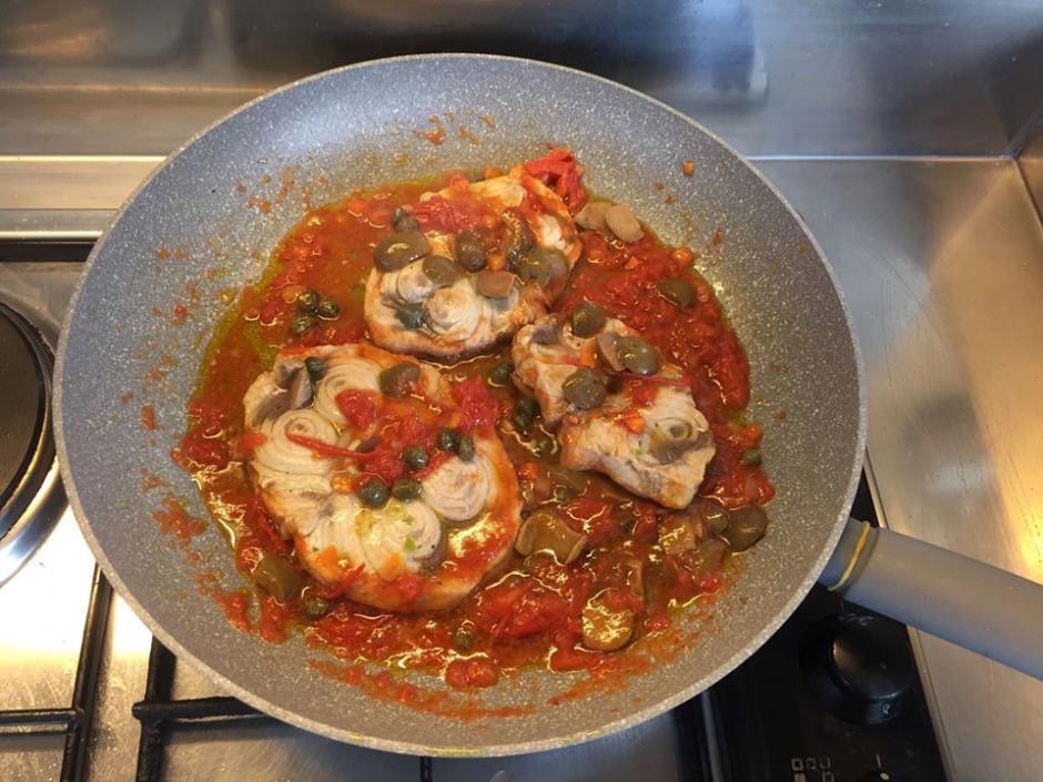 Aggiungete le olive e i capperi e il curry a piacere e lasciate cuocere altri 10 minuti