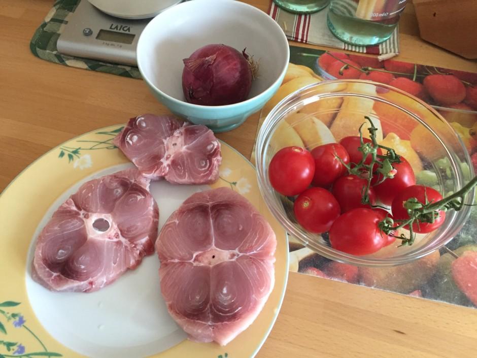 Preparate il pescespada a fette, i pomodori, la cipolla, il sedano e le carote